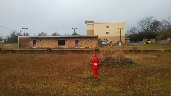 La Quinta Inn & Suites by Wyndham Lake Charles - Westlake: Backs on to an abandoned business.