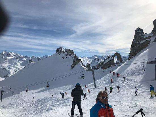 Oxygene Ski School Val d'Isere: Oxygene's Manu showing us a famous rock feature
