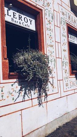 Leroy Bar & Café: Okná zvonku :)