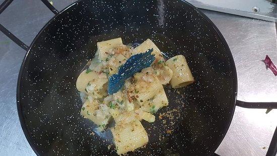 Mezze Maniche Di Gragnano Con Baccalà, Pane Croccante, Patate E Bottarga