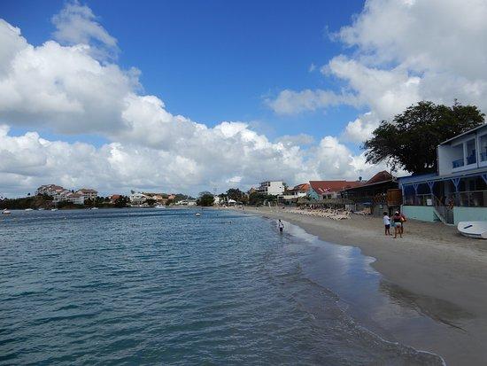 Vue des petits hôtels et restaurants le long de la plage