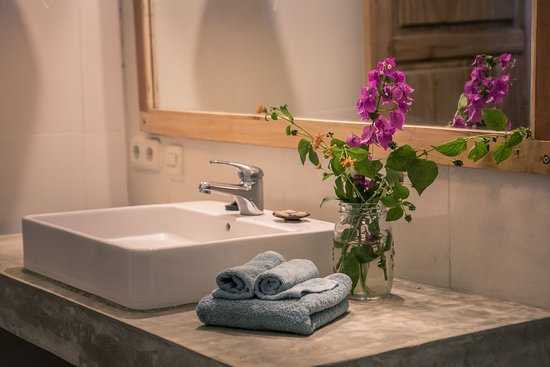 Flowers and Fire Yoga Garden Gili Air: Ensuite bathroom with hot water in our Deluxe Queen Rooms and our Deluxe Share/Family Room.