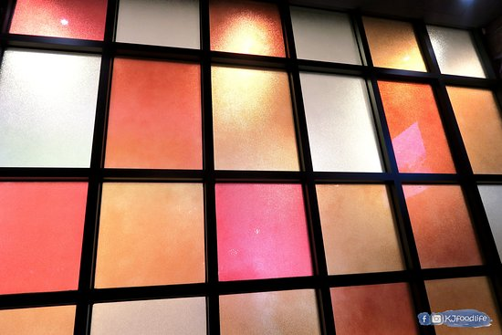 Cocina 3 Tapas Restaurant & Bar: 彩色玻璃窗牆