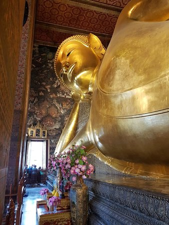Po prostu piękna. Świątynia leżącego Buddy to kompleks kilku budynków i do tego alejki, w których umieszczone są rzeźby i inne ozdoby.