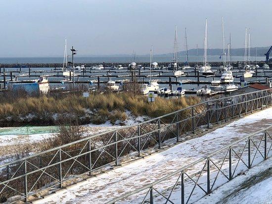 Teil der Promenade in Richtung Marina unmittelbar hinter dem Hotel mit direktem Zugang;