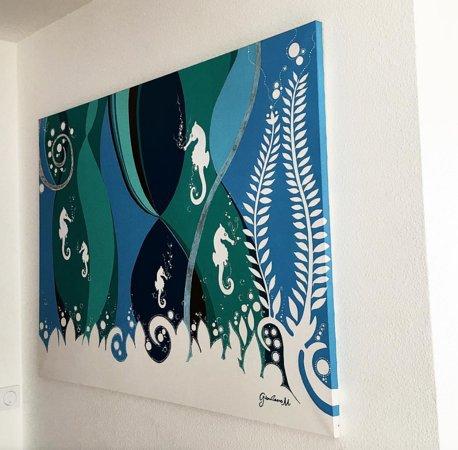 Saint Martins, Μπαρμπάντος: 💧 • Et si on se baladait au Bleu Emeraude ? ... Non seulement vous avez des chambres chaleureux , vous y trouverez aussi de l'Art accroché à travers tout l'hôtel ! 🌱🖼 •