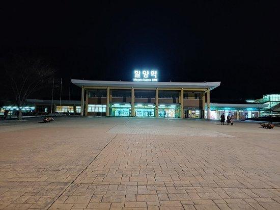 Miryang, Južná Kórea: 밀양시에 잇는 표충사. 재악산 산자락 아래에 잇는 산. 밀양시외버스터미널에서 표충사행 버스를 타고 간다.
