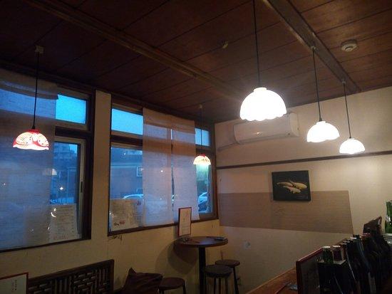 Kiki Fukuoka : 一階はカウンター席 5つと テーブル席 2名様用 ひとつ、3名様まで座れるテーブルがひとつあります。