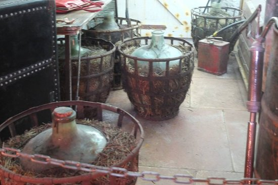 THE JARS THAT CONTAINED THE ACID OF A FAMOUS SERIAL KILLER - Picture