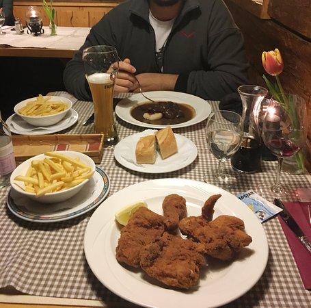 Restaurant Dorfwirt Gasthof: Pollo impanato e capriolo con gnocchi di pane