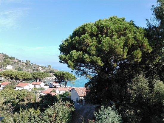 """Sant'Andrea, Italy: Auf der italienischen Trauminsel Elba werden Stühle und Liegen rausgestellt ... in der Sonne ist es schon warm! Hier der Blick von der Terrasse des  Hotel """"Ilio"""" in Sant'Andrea."""