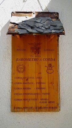 """Esino Lario, Italia: Simpatico barometro """"hi-tech"""" situato all'entrata del Rifugio Monza-Bogani (Grigna Settentrionale)."""