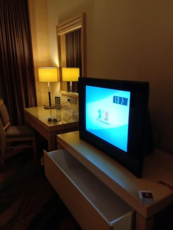 Imperial Palace Hotel: TV area , writing table , not enough lighting