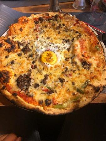 Morestel, France: Ci joint une pizza de l'étrier ainsi qu'un dessert (gourmandine, si ma mémoire est bonne...)