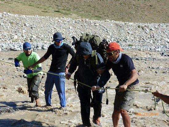 Tunuyan Department, อาร์เจนตินา: Cruzando el Rio el Plomo LLegando a destino Chile