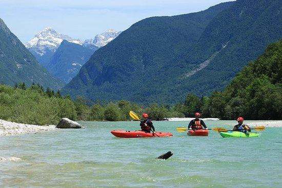 Kayak assis au sommet de la rivière...