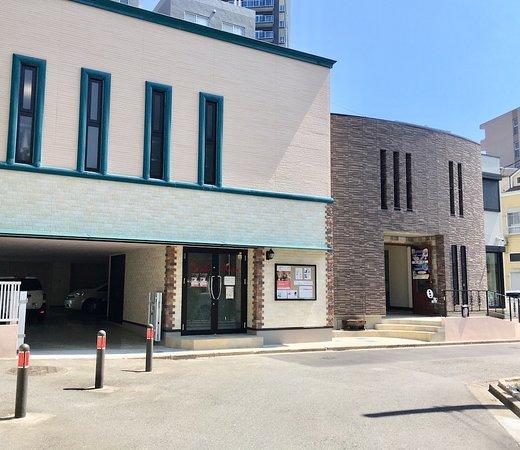 Sagamihara, Japan: 絵付け教室と画材専門店(右)ダンススタジオ(左)