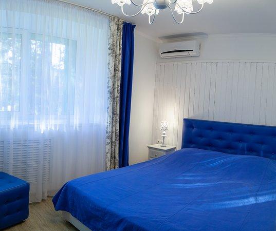 Samara Oblast, Russia: Просторные однокомнатные номера с дизайнерским оформлением в различной стилистике:  Стиль «романтика», «гжель», «хайтек», «эклектика», «шале». Есть номера с двуспальной кроватью, двумя односпальными, кроватями 110 см и 80 см.  Площадь номера от 11 кв.м.  Количество гостей в номере - от 1 до 2 человек (есть возможность размещения дополнительного места) В номере находится: кровати деревянные, пуфик, журнальный столик, комод, прикроватные столики, бол