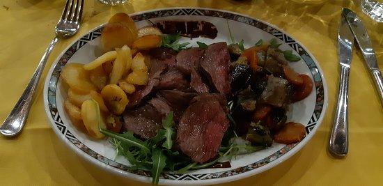 Cavallasca, Italië: Tagliata con rucola, ratatouille e patate al forno