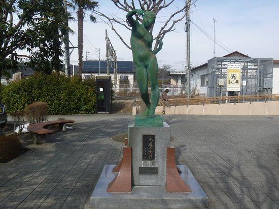 Eien no Josei Statue