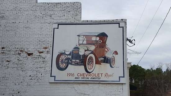 Washington, Geórgia: Mural on the outside of the building.  I was told by a local that the original building was a Chevrolet dealership.