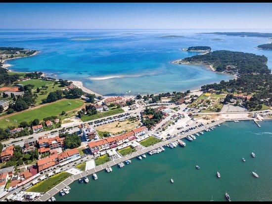 Dieses Foto zeigt nicht nur den herrlichen Sandstrand in der geschützten Bucht, sondern auch die prachtvolle Promenade am Stadthafen und die Inseln der Bucht.