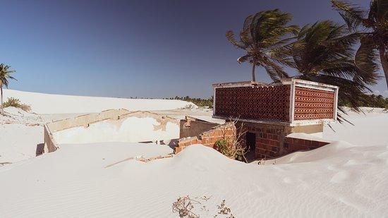 Acarau: Maison derrière la terrasse avec la dune derrière