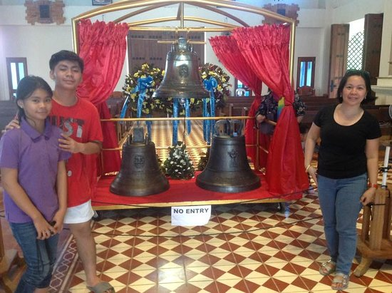 Balangiga, Philippinen: The bells were temporarily housed in the church sanctuary after the ceremony.