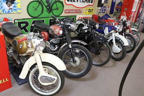 Castlemaine, Australia: We now have six show rooms, as well as outside display areas, packed full of items such as: porcelain, Victorian glass,silver,Art Deco, antique furniture,Automobilia garage,enamel signs,petrol bowsers / pumps, oil bottles, oil tins and much much more.