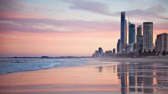 Sunshine Beach, Australie: Surfers Paradise bathing in beautiful afternoon colours...