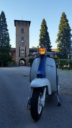 Peschiera Borromeo, إيطاليا: La mia lambretta davanti al castello di Peschiera Borromeo :-)