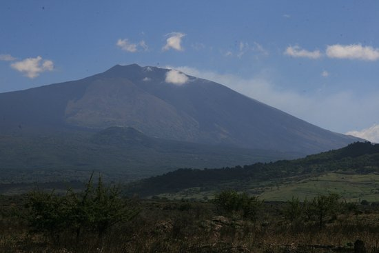 Longi, Italie : vu de l'Etna depuis la montagne du Nebrosi