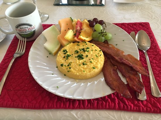 Lac-Brome, كندا: French omelette with hand cut smoked bacon and a side of fresh fruit.  Garnished with parsley and freshly ground Madagascar peppercorns.