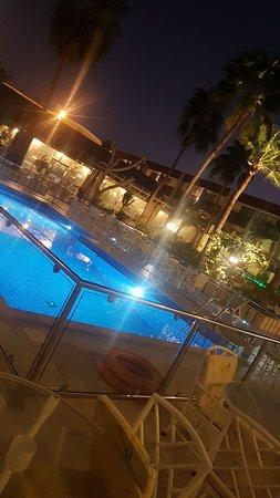 التراث علي المسبح بفندق الرمال جدة
