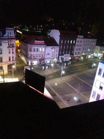 Устецкий край, Чехия: I přes odvrácenou stranu blikajícího banneru šlo světlo i do hotelového pokoje.