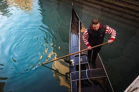 Canal Grande med Gondola med sångare ...