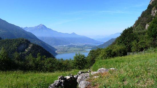 Val Codera (località Avedè), sullo sfondo il Lago di Novate Mezzola, a seguire il Lago di Como e il Monte Legnone che con i suoi  2.609 m è la cima più alta della provincia di Lecco e del settore più occidentale delle Alpi Orobie.