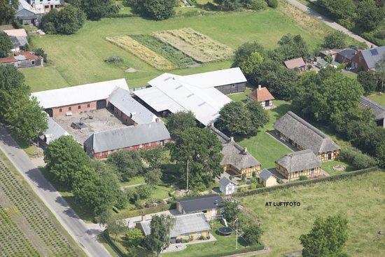 Toerring, Dinamarca: Luftfoto er fotograferet af AT Luftfoto i 2014. Den oprindelige firelængede gård Vroldgaard til venstre og bygningerne til højre i billedet er nedtaget på deres første opførelsessted og restaureret og genopført på Museet.