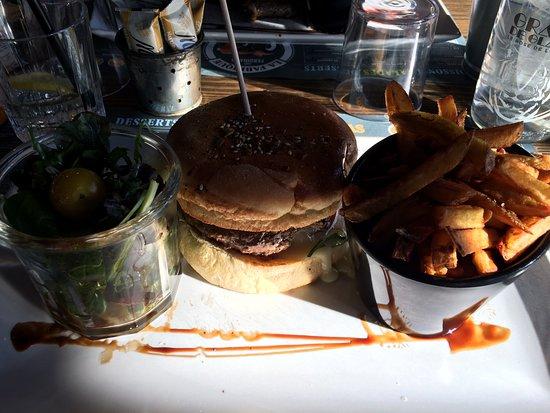 """Burger """"Le Bécou"""" et ses frites maison."""