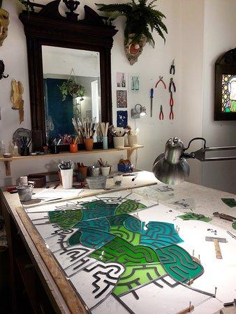 Photo intérieure de l'atelier de l'Artisan du Vitrail. Vitrail en cours de réalisation (sertissage)