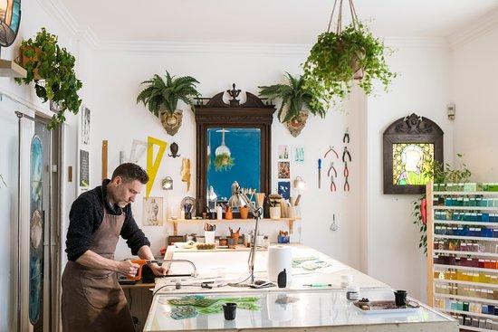 Pascal Rieu, dans son atelier de vitraux (atelier de l'Artisan du Vitrail)