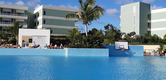 La piscine est excellente. Très propre, pas trop chlorée et à une belle température.