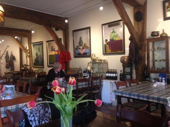 Orvelte, The Netherlands: Sfeervol interieur, de schilderijen zijn te koop