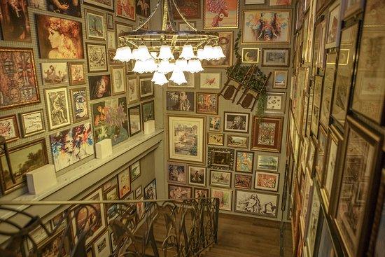 Cheeseria: Картины в интерьере сыроварни Чизерия. Понравившиеся картины можно приобрести.