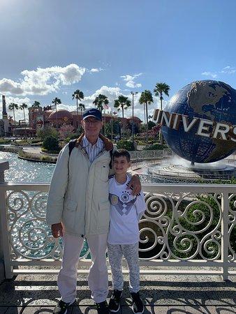Universal Studios e Island of Adventure Esses parques, na minha opinião, são os melhores parques de Orlando. Passamos o dia inteiro curtindo as atrações que são excelentes. Pra quem gosta de simuladores e montanha russa, o parque é imperdível.