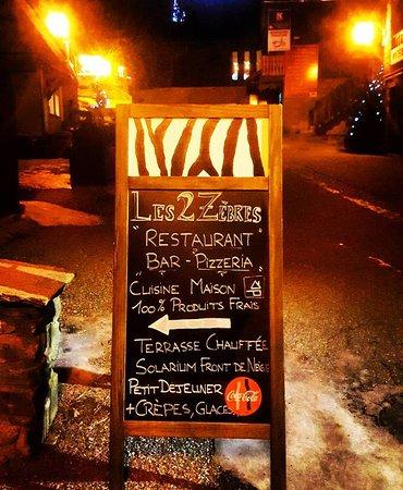 Un restaurant bien indiqué dans la rue piétonne de Montalbert.