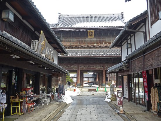 Daitsuji Temple: 表参道から山門を望む