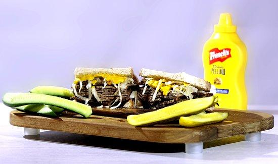 Mehevän Kulman ylpeys ja erikoisuus, By Iisalmi -pastrami. Pesolan tilan lihaa maustetaan perinteitä kunnioittaen noin viikko, lopulta liha tarjoillaan rapean levain-leivän välissä Kulman oman maustekastikkeen, hapankaalin ja suolakurkkujen kera.