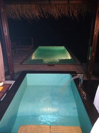 baignoire de la chambre en enfilade avec la piscine de la ...