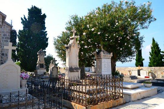 Supetar, Hırvatistan: De très jolies tombes...